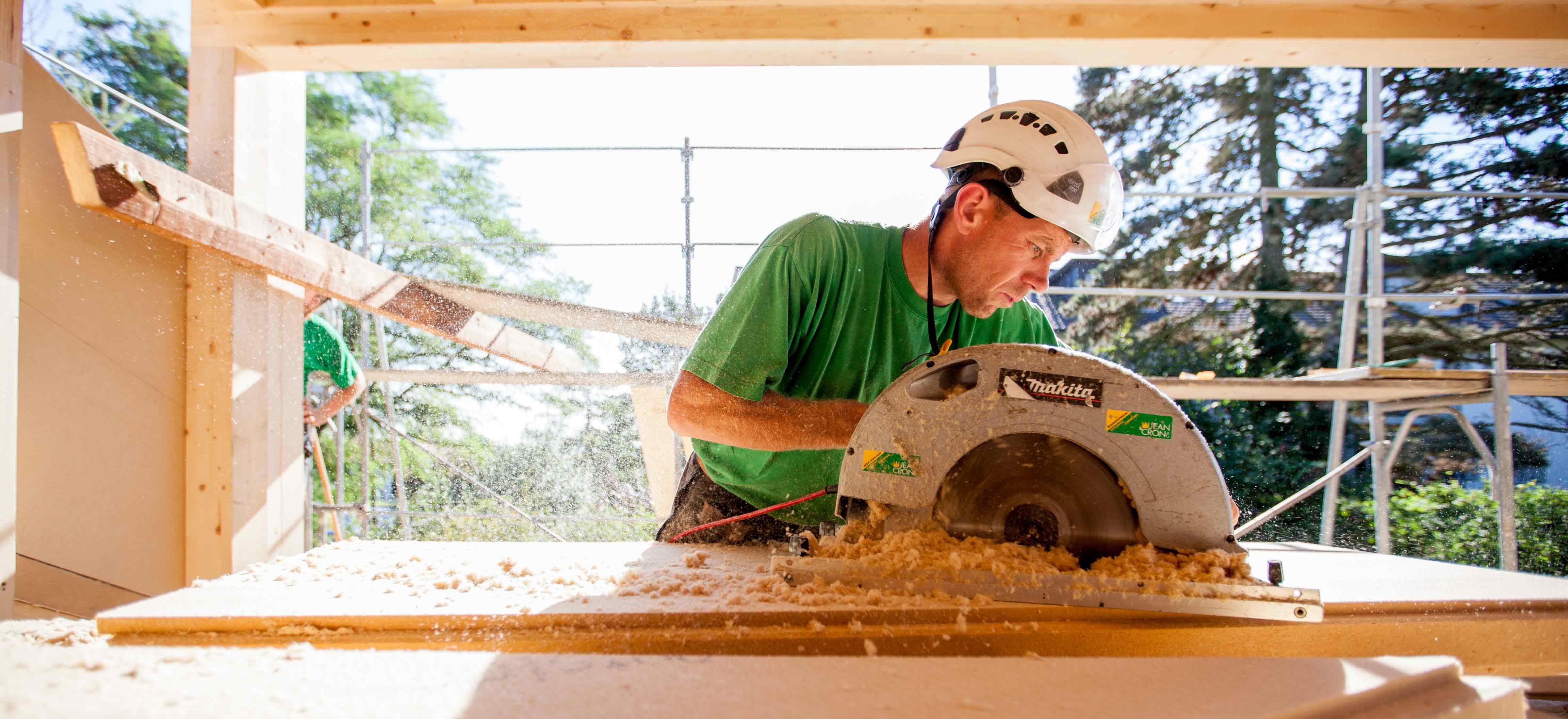 Holz für den Holzbau Dachausbau zuschneiden
