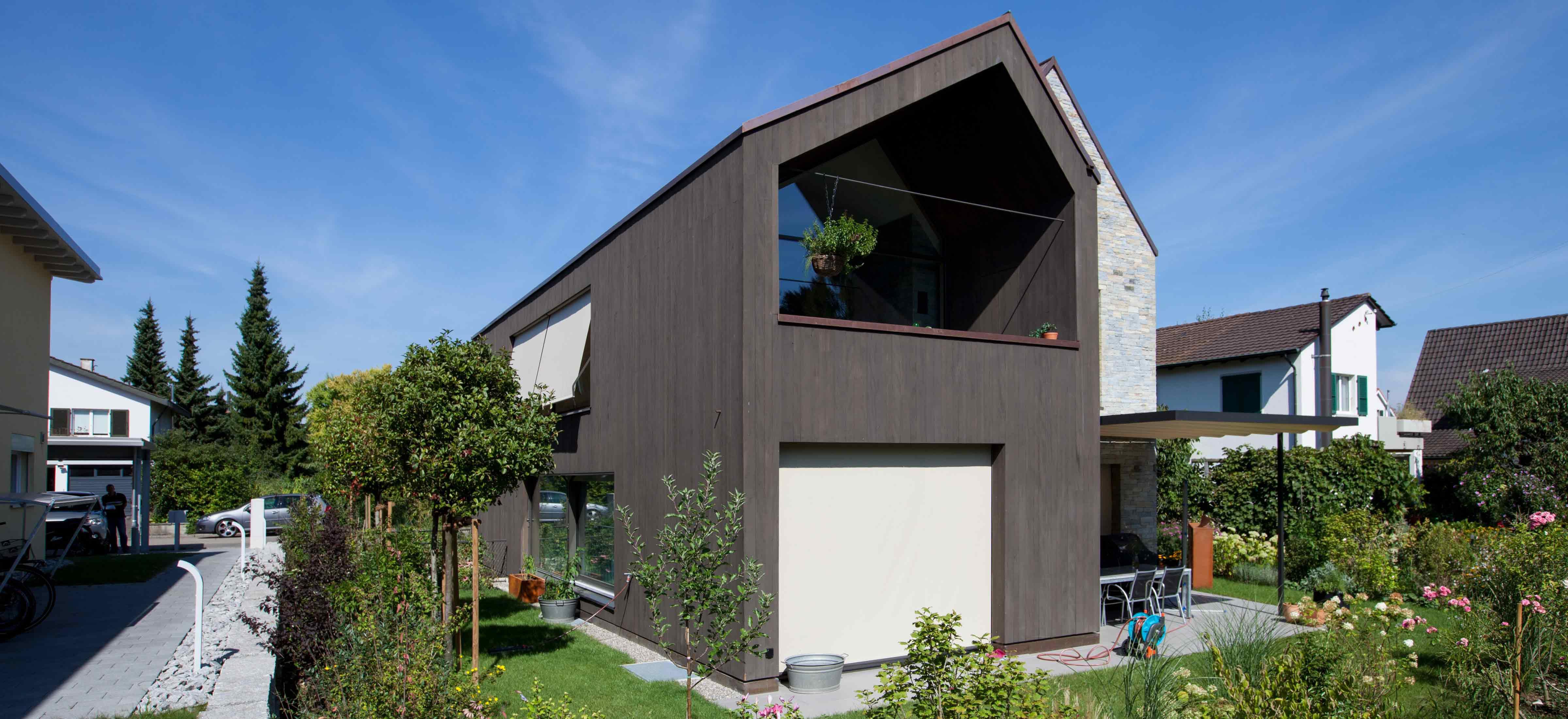 Erstellen einer Holz-Stein Fasade bei einem Einfamilienhaus in Muttenz